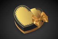 Scatola dorata nella figura del cuore Cioccolato per il giorno del ` s del biglietto di S. Valentino Regalo di compleanno con amo Fotografia Stock Libera da Diritti