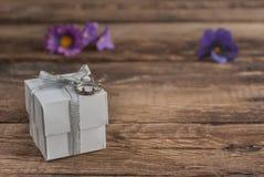 Scatola e fiori sulla tavola di legno per il giorno di biglietti di S. Valentino Fotografia Stock