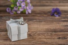 Scatola e fiori sulla tavola di legno per il giorno di biglietti di S. Valentino Fotografie Stock Libere da Diritti