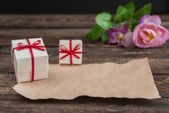 Scatola e fiori sulla tavola di legno per il giorno di biglietti di S. Valentino Immagine Stock