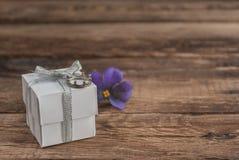 Scatola e fiori sulla tavola di legno per il giorno di biglietti di S. Valentino Immagini Stock Libere da Diritti