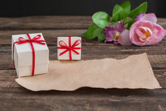 Scatola e fiori sulla tavola di legno per il giorno di biglietti di S. Valentino Fotografia Stock Libera da Diritti
