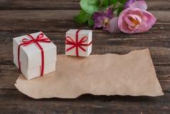 Scatola e fiori sulla tavola di legno per il giorno di biglietti di S. Valentino Immagini Stock