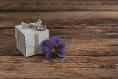 Scatola e fiori sulla tavola di legno per il giorno di biglietti di S. Valentino Fotografie Stock