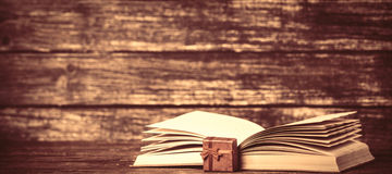 Scatola e libro aperto attuali Immagini Stock