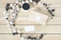 Scatola ed aletta di filatoio su una tavola di legno illustrazione di stock