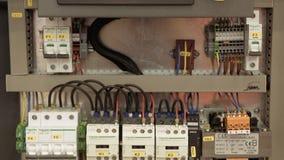 Scatola elettrica con il bottone rosso dell'arresto di emergenza video d archivio