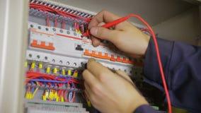 Scatola elettrica dell'interruttore La prova e la commutazione dell'elettricista fondono, interruttore in un contenitore di fusib video d archivio
