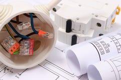 Scatola elettrica, diagrammi e fusibile elettrico sul disegno di costruzione fotografie stock libere da diritti