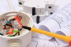 Scatola elettrica, diagrammi e fusibile elettrico sul disegno di costruzione Immagini Stock Libere da Diritti