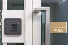 Scatola elettronica della porta del controllo di accesso con la tastiera numerica Fotografia Stock