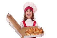 Scatola felice della tenuta del cuoco della bambina con pizza Immagine Stock