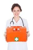 Scatola femminile del dottore Holding First Aid fotografia stock
