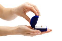 Scatola femminile della tenuta della mano per l'anello Fotografie Stock