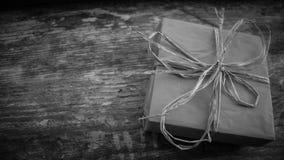 Scatola festiva sull'immagine in bianco e nero Fotografia Stock