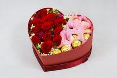 Scatola a forma di del cuore di fiori Fotografia Stock Libera da Diritti