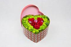 Scatola a forma di del cuore di fiori Immagine Stock