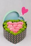 Scatola a forma di del cuore di fiori Immagini Stock