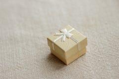 Scatola giallo-chiaro per gioielli Fotografie Stock Libere da Diritti