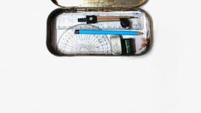Scatola messa con il righello, contenitore meccanico della geometria di bussola della matita fotografia stock