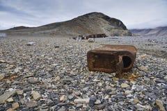 Scatola metallica arrugginita sulla spiaggia immagine stock