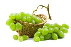 Scatola metallica con l'uva immagine stock libera da diritti