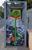 Scatola per la raccolta delle bottiglie di plastica sulla via di una cittadina in Israele per il loro riciclaggio successivo Fotografia Stock Libera da Diritti