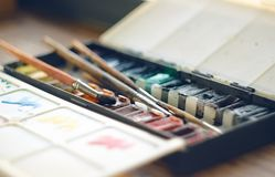 Scatola piegante con le pitture dell'acquerello in provette ed in spazzole illustrazione vettoriale