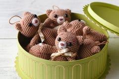 Scatola in pieno dell'orso tricottato sveglio del giocattolo Fotografia Stock Libera da Diritti