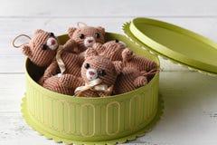 Scatola in pieno dell'orso tricottato sveglio del giocattolo Immagine Stock