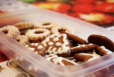 Scatola in pieno di dolci casalinghi del pan di zenzero di natale Fotografia Stock Libera da Diritti