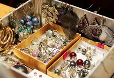 Scatola in pieno di gioielli ed orecchini delle donne Immagini Stock