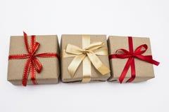 Scatola quadrata di Kraft del regalo con un nastro rosso Immagini Stock Libere da Diritti