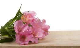 Scatola rosa di regalo e di Alstroemeria su fondo bianco Immagine Stock Libera da Diritti