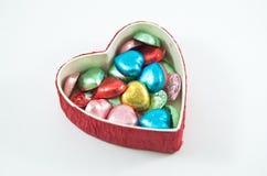 Scatola rossa d'apertura del cuore con cioccolato Fotografia Stock Libera da Diritti