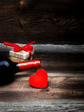 Scatola rossa del cuore, del vino e di regalo Fotografie Stock Libere da Diritti