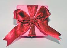 Scatola rossa del presente di rosa del nastro Fotografia Stock