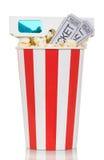 Scatola a strisce di popcorn con i biglietti ed i vetri di film isolati su bianco Fotografie Stock