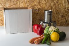 Scatola vuota di donazione con alimento vicino alla scatola fotografie stock