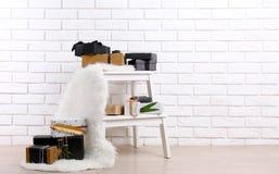 Scatole attuali alla moda sul mattone bianco fotografia stock libera da diritti