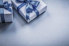 Scatole attuali legate sul concetto blu di feste del fondo Fotografia Stock