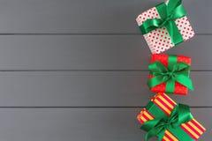 Scatole attuali variopinte per natale, nuovo anno su fondo di legno fotografie stock