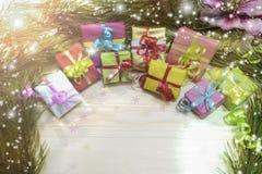 Scatole colorate del nuovo anno con i regali ad un albero di Natale con i coni Fotografia Stock Libera da Diritti