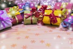 Scatole colorate del nuovo anno con i regali ad un albero di Natale con i coni Immagini Stock Libere da Diritti