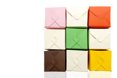 Scatole colorate fatte di cartone fotografia stock libera da diritti