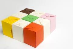 Scatole colorate fatte di cartone immagine stock
