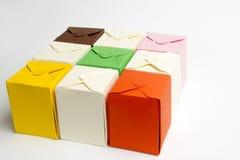 Scatole colorate fatte di cartone fotografia stock
