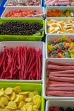 Scatole con differenti tipi di caramelle Immagine Stock