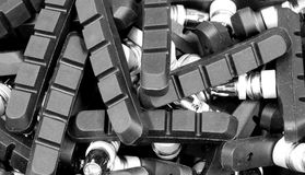 Scatole con i lotti dei bulloni nella ferramenta ben rifornito Fotografia Stock Libera da Diritti
