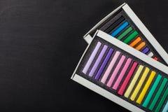 Scatole con i pastelli colorati dei pastelli Fotografia Stock Libera da Diritti